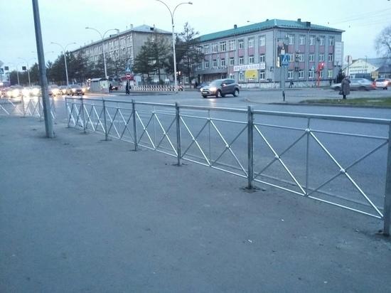 В центре Кемерова появились новые пешеходные ограждения