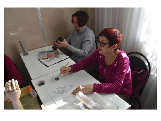 В Серпухове для пожилых людей проводят уроки рисования