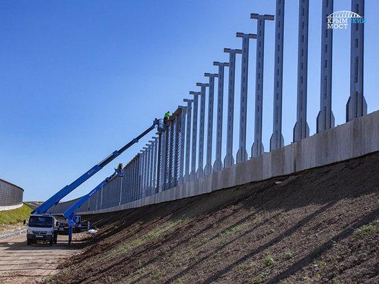 На подходах к Крымскому мосту устанавливают шумозащитные экраны