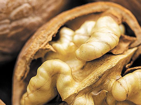 Врачи объяснили пользу льняного масла и орехов