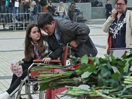 На прощание с погибшими в Керчи приехали раненые на колясках