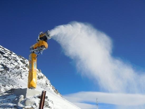 Искусственный снег продлит удовольствие лыжникам в Домбае