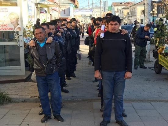 Беспрецедентные проверки в Туле: мигрантов выстроили в многометровые колонны