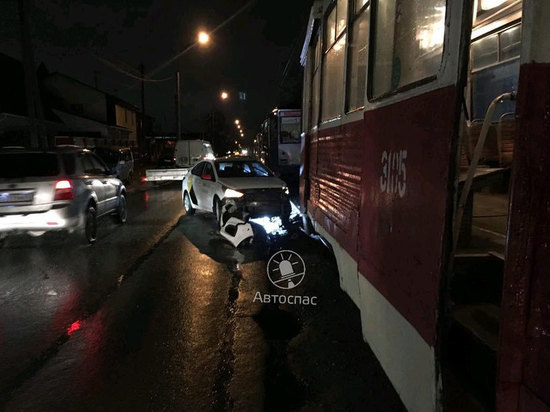 В Новосибирске Яндекс.Такси столкнулось с трамваем № 13