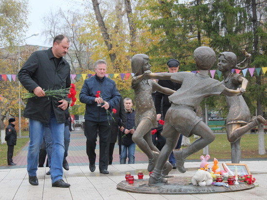«Мы скорбим». Курганцы почтили память жертв керченского стрелка