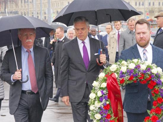 Песков прокомментировал посещение Болтоном места убийства Немцова перед встречей с Путиным