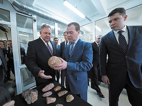 """Медведев заявил о введении санкций против """"сотен украинцев"""""""