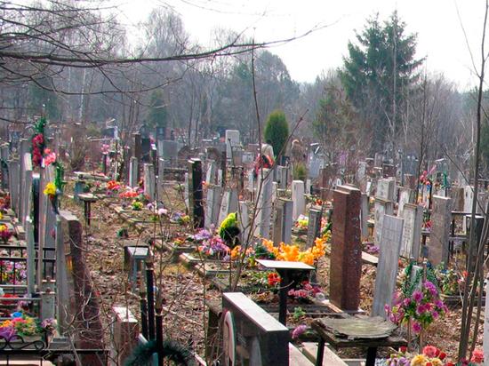 Жители Серпухова установили одну могилу над другой