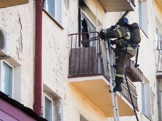 В Омске из горящей пятиэтажки спасали людей – фото