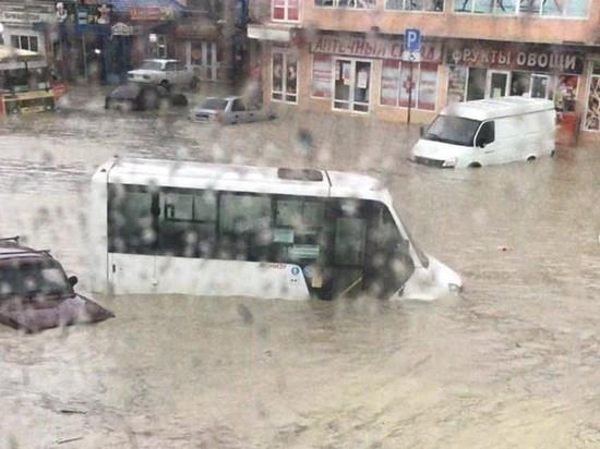 Наводнения наКубани: погибли два человека, поулицам плавают машины