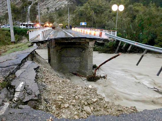 Последствия стихии в Сочи: перекрыто движение по федеральной трассе