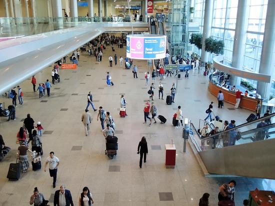 В аэропортах опять можно лежать на полу: Мособлдума смягчила правила