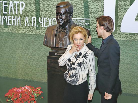 В МХТ имени Чехова установили бюст Олега Табакова