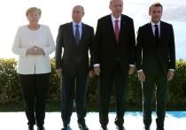 На кадрах при свете дня, которые публикует пресс-служба Кремля, все в костюмах. На видео вечером Меркель, Макрон и Эрдоган в том же облачении, а вот Путин уже в пальто