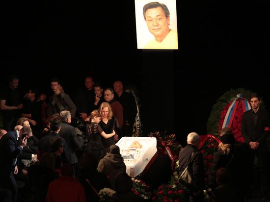 В Театре Ленком идет церемония прощания с артистом