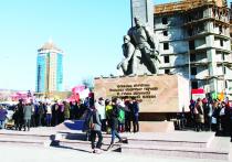 Ранним утром 29 октября на Комсомольской площади в столице Бурятии царило несвойственное здесь оживление — звучали духовая музыка и советские песни, развевались разноцветные флаги, толпились молодые и пожилые люди