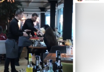 В одном из ресторанов Киева официант запустил тортом в лицо девушке, которая, по словам очевидцев, «выносила мозги» всем остальным посетителям заведения