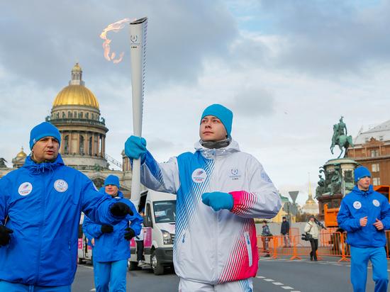 Эстафета огня зимней Универсиады парализовала движение в центре Петербурга