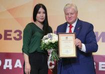 Калмыцкую активистку Айсу Хулаеву Сергей Миронов наградил грамотой