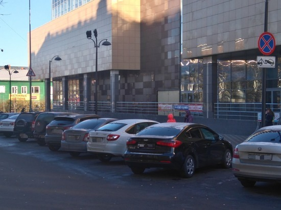 Петрозводские водители игнорируют запрет на парковку у «Макси»