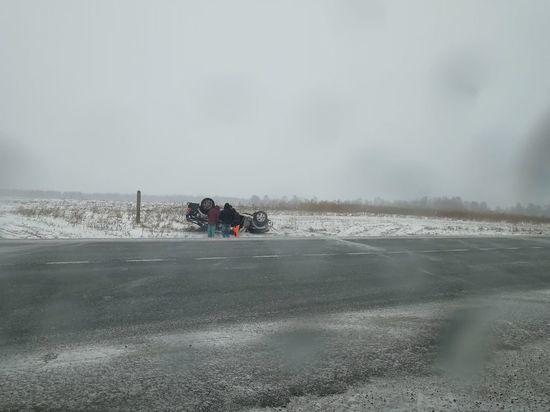 Автомобиль перевернулся на заснеженной трассе под Кемеровом