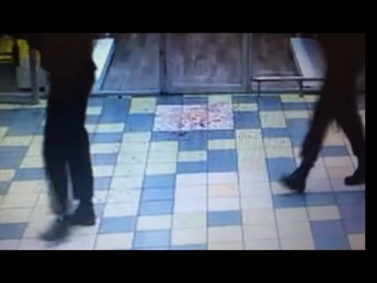 Покупатель швырнул в женщину отрезанный палец после отказа в кредите