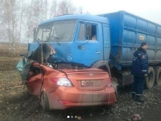 В Тамбовской области иномарка влетела под грузовик: водитель погиб