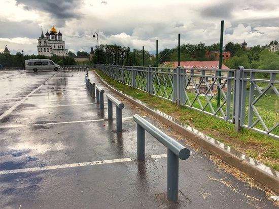 В охранной зоне Псковского кремля вырос металлический забор