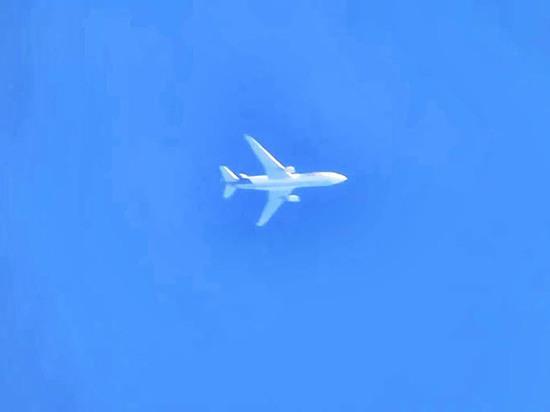 Эксперт раскрыл секрет зависшего в небе над Москвой самолета
