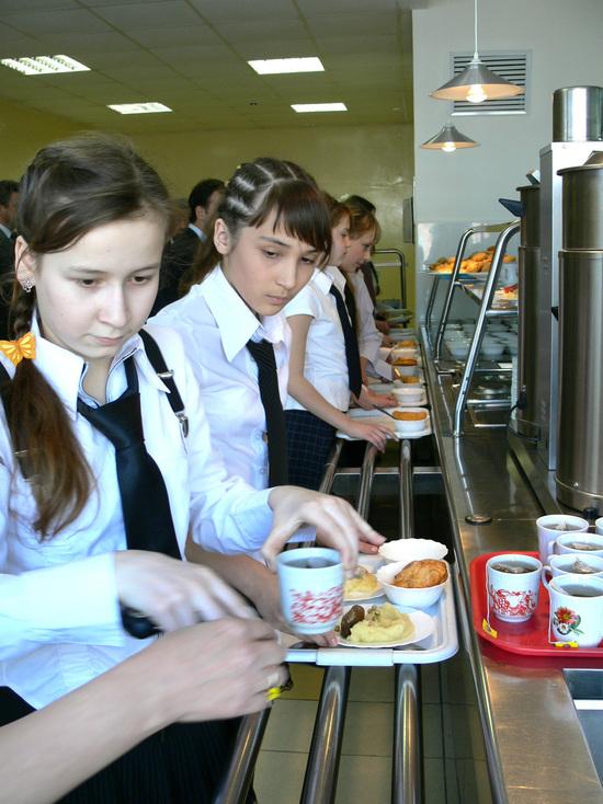 Школьников Петербурга кормили фальсифицированными продуктами