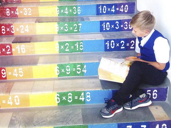 В астраханской школе таблицу умножения нарисовали на лестнице