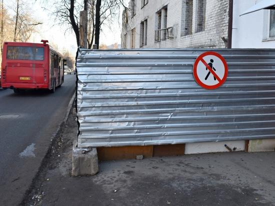 Кировскую стройкомпанию могут оштрафовать за перекрытый тротуар.