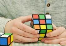 Тринадцатилетний Цюэ Цзяньюй из Китая попал в Книгу рекордов Гиннаса, сумев одновременно собрать три кубика Рубика — по одному каждой рукой и один ногами