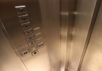 Поступок диспетчера лифта, которая слышала из кабины крики о помощи женщины-фармацевта во время схватки с убийцей и не обратилась в полицию, вызвал бурю негодования в соцсетях