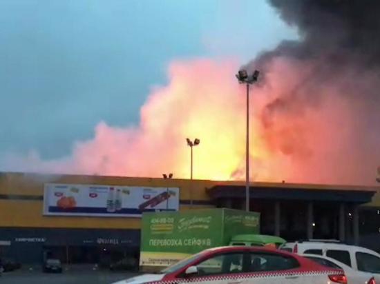 Пожар на площади 5 тыс кв метров произошел в ТЦ