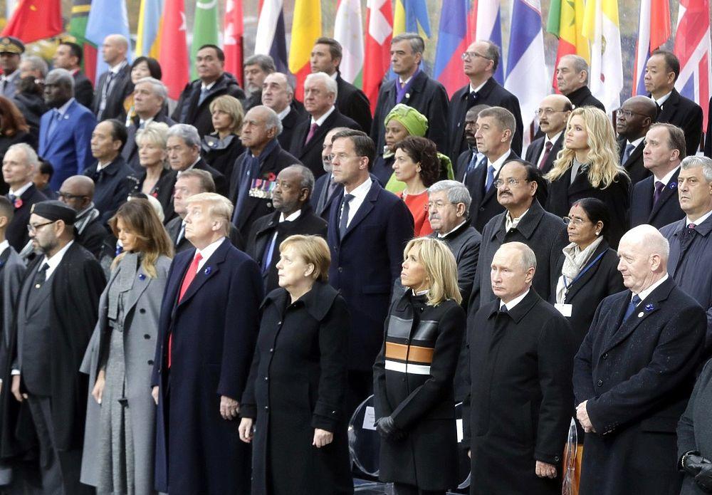 Путин и Трамп под дождем в Париже: фото молчаливых переговоров