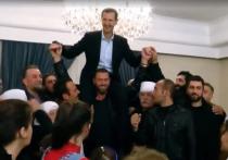 Жители сирийской провинции Сувейда посадали Асада себе на плечи