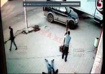 Мужчина дубиной проломил голову двум молодым людям на улице Калуги. Видео