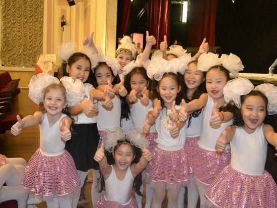 Танцуют дети Калмыкии