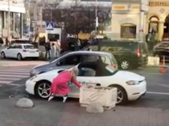 В Киеве блондинка в розовом разбила топором Porsche