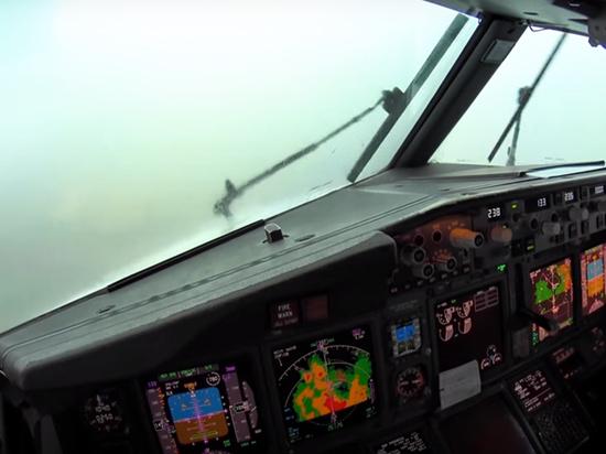 Посадку самолета в сильную турбулентность показали из кабины пилота