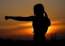 В городе Лесосибирске Красноярского края десятилетняя школьница, которая направлялась на занятие по карате, смогла отбиться от напавшего на неё педофила