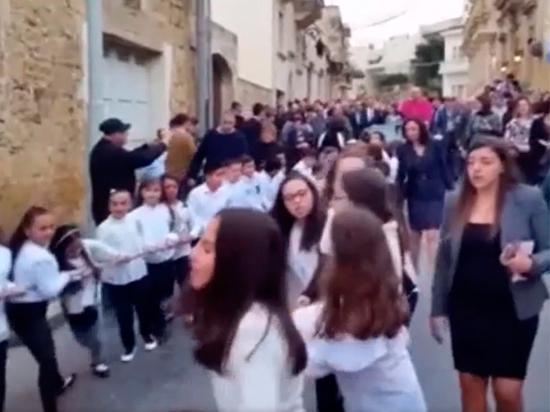 Видео священника, запрягшего в Porsche детей как лошадей, взорвало Сеть