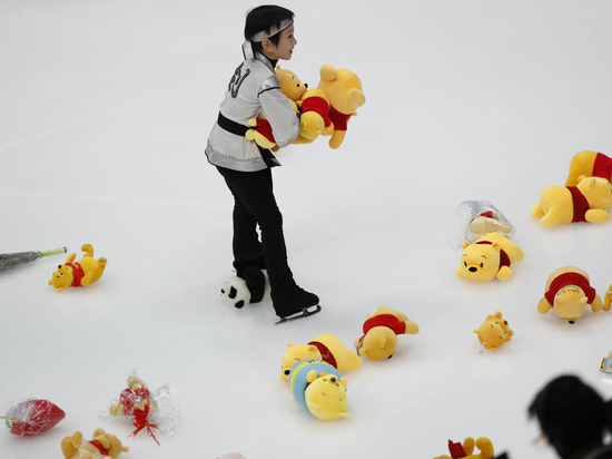 Установившего мировой рекорд фигуриста Ханю в Москве завалили игрушками