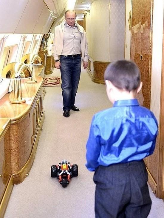 Песков раскрыл занятия Путина во время долгих перелетов
