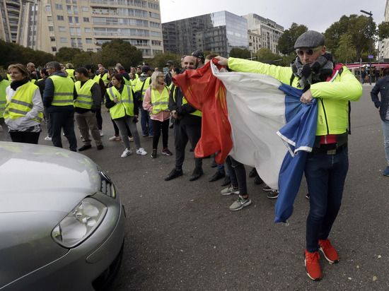 Из-за роста цены бензина французы взбунтовались против президента