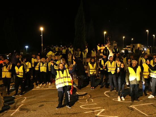Сотни тысяч французов бунтуют из-за повышения цен на бензин