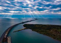 В инфоцентре Крымского моста в шутливой форме прокомментировали слухи о проседании сооружения на несколько сантиметров