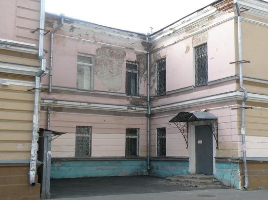 У воронежского исторического здания подкачала изнанка