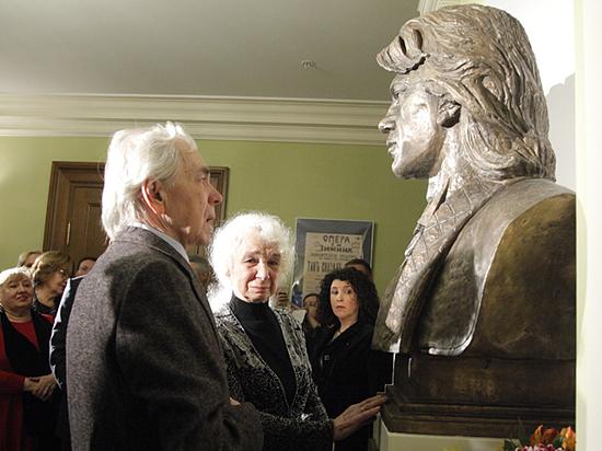 В «Геликон-опере» открыли бюст Дмитрия Хворостовского